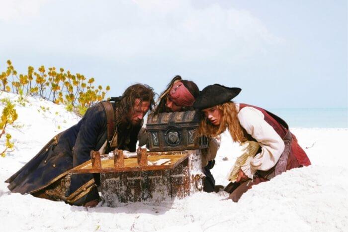 piraty-karibskogo-morya-sunduk-mertvetsa-1-700x466